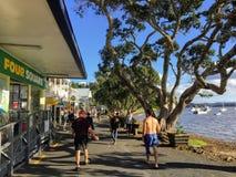 Russel, Neuseeland - 19. Februar 2016: Ein Vater und Sohn stro lizenzfreies stockfoto
