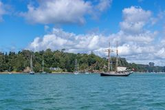 Russell Harbor With Old Sailing-Schepen stock foto's