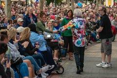 Russell Hitchcock που κρατά το χέρι μιας γυναίκας τραγουδώντας και περπατώντας μεταξύ των ανθρώπων σε Epcot στον κόσμο Walt Disne στοκ εικόνες
