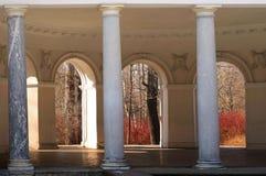 russia för fontankapetersburg rriver st Elagin ö Byggnaden är gammal med kolonner 15 04 18 royaltyfri foto