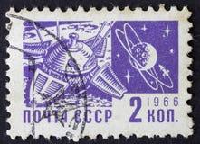RUSSIA/USSR -大约1966年:2 kopek,莫斯科空间主题的岗位邮票1966年 图库摄影