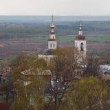 russia vladimir Sikten av den gamla churchÃ'en ·,, fält, skog Royaltyfria Foton
