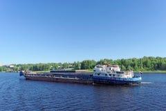 russia yaroslavl - Juni 3 2016 Torr last Oksky 13 seglar längs Volgaen Arkivfoto