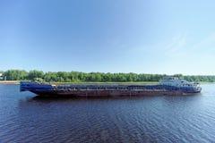 russia yaroslavl - Juni 3 2016 Torr last Oksky 13 seglar längs Volgaen Arkivfoton