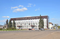 Russian scene: Courthouse in Alexandrov, Vladimir region, the monument to Vladimir Lenin on Sovetskaya square Stock Photography