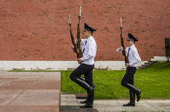 Free Russian Soldier Honor Guard At The Kremlin Wall. Tomb Of The Unknown Soldier In Alexander Garden In Moscow. Stock Photos - 36081833