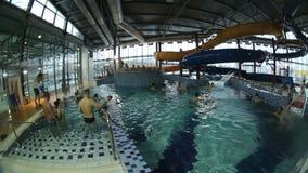 Russie Cherepovets 2 janvier 2016 Aqua Park Les gens détendent dans les piscines et montent les glissières d'eau banque de vidéos