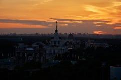 Russie Coucher du soleil au-dessus de l'exposition de parc des accomplissements économiques à Moscou Image stock