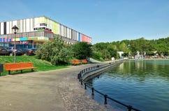Russie L'étang de construction d'Ostankino et d'Ostankino 21 juin 2016 Photographie stock