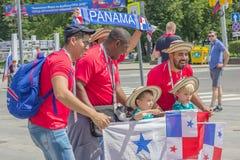 Russie Les fans du Panama communiquent avec des gens du pays sur des rues Image libre de droits