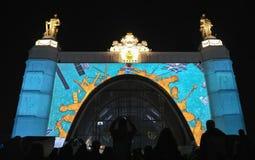 Russie moscou VDNKH VDNH Lumière et salon de l'aéronautique sur la façade de l'espace de pavillon Image libre de droits