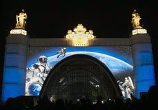 Russie moscou VDNKH VDNH Lumière et salon de l'aéronautique sur la façade de l'espace de pavillon Photos libres de droits