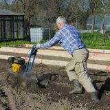 05/25/2012 Russie Nikolsky L'agriculteur laboure la terre avec un moteur-bloc Labourage du grou Photo libre de droits