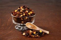 Russinvinbär och sultaninnor med den blandade kanderade peelen i en glass bunke med den wood skeden Royaltyfri Bild