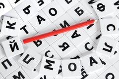 Russisch alfabet en rood potlood stock foto's