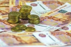 Russisch contant geld Bankbiljetten van 5000 roebels Muntstukken in een stapel worden gestapeld die stock foto