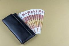 Russisch contant geld Bankbiljetten in vijf duizend roebels Zwarte Mensenportefeuille betaling royalty-vrije stock fotografie