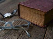 Russisch-deutsches Wörterbuch, Gläser u. Armbanduhr des alten Weinlesebuches Lizenzfreie Stockfotografie