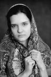Russisch donkerbruin meisje in pavlo-Posad Russische sjaal starende zwarte Royalty-vrije Stock Afbeeldingen