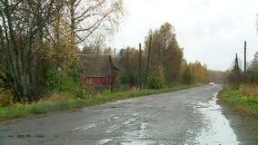 Russisch dorp in de herfst stock video