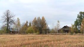 Russisch dorp in de herfst stock videobeelden
