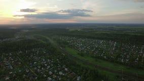 Russisch dorp en bewegende ladingstrein, luchtmening stock video