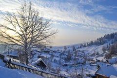 Russisch Dorp in het de Winterbos in de Ural-Bergen, Rusland, Chelyabinsk-gebied, Minyar Pushkin` s fee tal Royalty-vrije Stock Fotografie