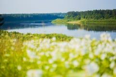 Russisch dorp Rivier Sukhona door ZVEREVA Royalty-vrije Stock Foto's