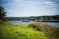 Russisch dorp Rivier Sukhona door ZVEREVA Royalty-vrije Stock Afbeeldingen