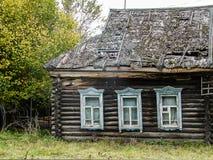 Russisch dorpshuis dat van hout wordt gemaakt Stock Fotografie