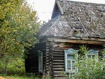Russisch dorpshuis dat van hout wordt gemaakt Stock Afbeeldingen
