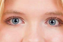 Russisch-geborene Frau mit blauen Augen nah stockfoto