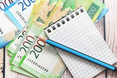 Russisch geld, blocnote en potlood royalty-vrije stock afbeelding
