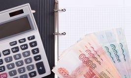 Russisch geld, calculator en lege blocnote Stock Afbeeldingen