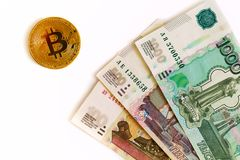 Russisch geld en bitcoin op witte achtergrond Royalty-vrije Stock Afbeeldingen