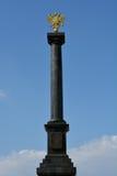 Russisch gouden wapenschild op het monument Stock Foto