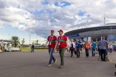 Russisch, het voetbalventilators van Marokko, Iran op het kampioenschap van de de Wereldvoetbal van FIFA 2018 Stock Foto's