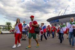 Russisch, het voetbalventilators van Marokko, Iran op het kampioenschap van de de Wereldvoetbal van FIFA 2018 Stock Foto