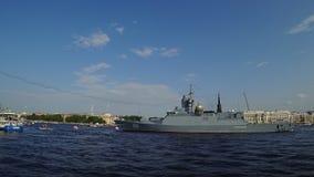 Russisch korvet Soobrazitelnyy op Neva-rivier die aan de parade aan Marinedag voorbereidingen treffen, heilige-Petersburg, Ruslan stock video