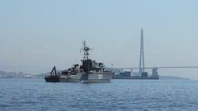 Russisch Kustwachtschip in Gouden hoornbaai stock video