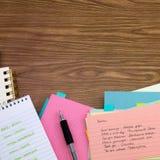 Russisch; Lernen von neuen Sprachschreibens-Wörtern auf dem Notizbuch Lizenzfreie Stockbilder
