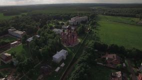 Russisch Lukino-dorp met Heilige Dwarsklooster en Beklimmingskathedraal, lucht stock video