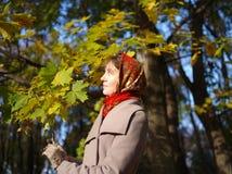 Russisch meisje bij een zonnige de herfstdag Royalty-vrije Stock Fotografie