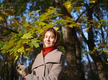 Russisch meisje bij een zonnige de herfstdag Stock Afbeelding