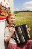 Russisch meisje die de harmonika spelen stock foto