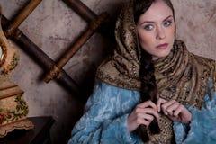 Russisch meisje in een boerhut stock fotografie