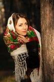 Russisch meisje in headscarves dichtbij de boom in het bos Stock Foto