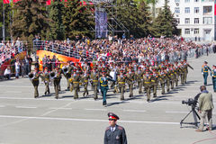 Russisch militair orkest maart bij de parade op jaarlijkse Overwinning Royalty-vrije Stock Foto