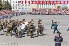Russisch militair orkest maart bij de parade op jaarlijkse Overwinning Royalty-vrije Stock Afbeeldingen