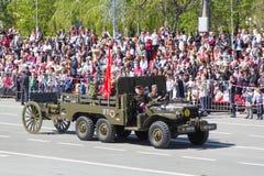 Russisch militair vervoer bij de parade op jaarlijkse Victory Day Stock Afbeeldingen